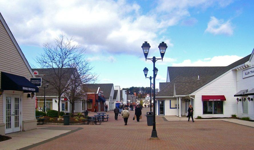 Woodbury Commons promenade